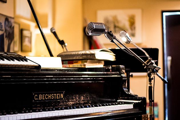 39d188164595a このベヒシュタインはイギリス王室からアメリカに渡り、ある日本人が買われ、そして私の元にやってきた由緒あるピアノです。この音を聴きに来るだけでも価値がある と言 ...